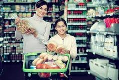 Mujer con la hija adolescente que busca para el pan Fotografía de archivo