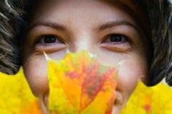 Mujer con la hoja del otoño Imagenes de archivo