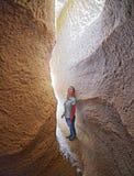 Mujer con la iluminación natural en las cuevas del valle rojo Fotografía de archivo