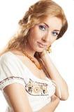 Mujer con la joyería ambarina Fotografía de archivo libre de regalías