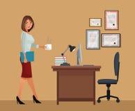 Mujer con la lámpara del ordenador portátil de la silla de escritorio de oficina del café de la taza Fotografía de archivo libre de regalías