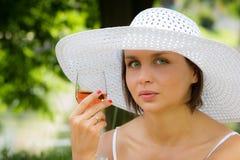 Mujer con la lámpara del vino en comida campestre Fotos de archivo libres de regalías
