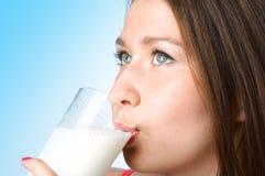 Mujer con la leche de cristal Fotos de archivo