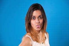 Mujer con la lengua hacia fuera Foto de archivo libre de regalías