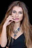 Mujer con la lente verde del contacto visual, el pelo largo y el collar grande imagen de archivo
