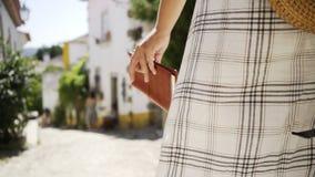 Mujer con la libreta en la calle almacen de video