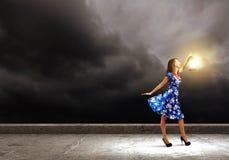 Mujer con la linterna Imagen de archivo libre de regalías