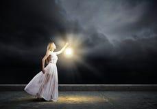 Mujer con la linterna Fotografía de archivo libre de regalías