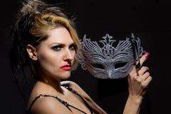 Mujer con la máscara antigua del estilo Imágenes de archivo libres de regalías