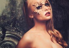 Mujer con la máscara creativa del carnaval fotografía de archivo libre de regalías