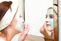 Mujer con la máscara de la belleza Imagen de archivo libre de regalías