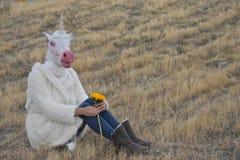 Mujer con la máscara del unicornio Fotos de archivo libres de regalías