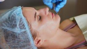 Mujer con la máscara facial, tratamiento del balneario Procedimiento de la belleza de Antiage almacen de metraje de vídeo