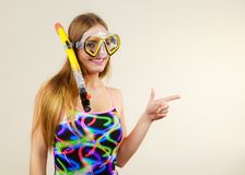 Mujer con la máscara que bucea que se divierte Imágenes de archivo libres de regalías