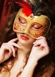 Mujer con la máscara veneciana del carnaval de la mascarada Fotografía de archivo