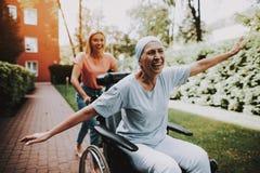 Mujer con la madre cáncer Padre y niño que juegan junto clínica imágenes de archivo libres de regalías