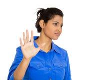 Mujer con la mala actitud que da charla al gesto de mano con la palma exterior Foto de archivo libre de regalías