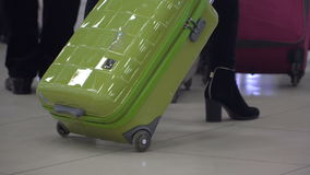 Mujer con la maleta en el pasillo del aeropuerto almacen de metraje de vídeo