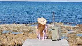 Mujer con la maleta en la playa almacen de metraje de vídeo