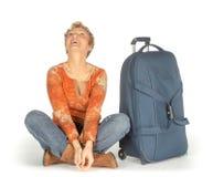Mujer con la maleta que mira para arriba Fotos de archivo libres de regalías