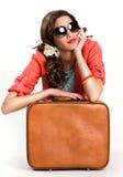 Mujer con la maleta que piensa en viajar Fotografía de archivo