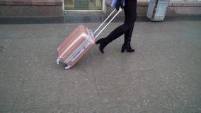 Mujer con la maleta rosada almacen de video