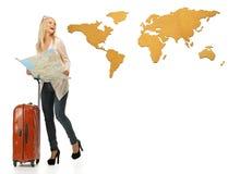 Mujer con la maleta y el mapa Fotos de archivo