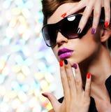 Mujer con la manicura y las lentes de sol negros de la moda foto de archivo