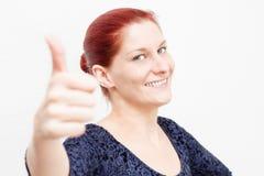 Mujer con la mano de los pulgares-para arriba Fotos de archivo