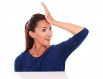 Mujer con la mano en la frente que parece sorprendida Foto de archivo libre de regalías