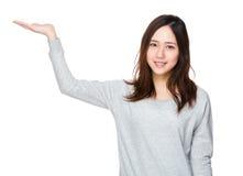 Mujer con la mano que muestra algo Fotografía de archivo libre de regalías