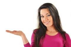 Mujer con la mano que presenta su producto Fotografía de archivo libre de regalías