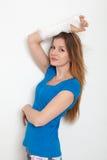 Mujer con la mano quebrada Imagen de archivo libre de regalías