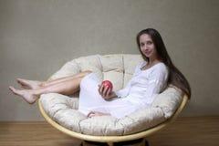 Mujer con la manzana Imagen de archivo libre de regalías