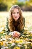Mujer con la manzana al aire libre en otoño Foto de archivo libre de regalías