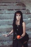 Mujer con la manzana en el edificio del abandono Fotos de archivo