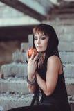 Mujer con la manzana en el edificio del abandono Fotografía de archivo libre de regalías