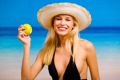 Mujer con la manzana en la playa Imágenes de archivo libres de regalías