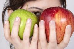 Mujer con la manzana roja y verde Imagen de archivo