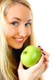Mujer con la manzana verde. Foto de archivo