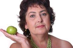 Mujer con la manzana verde Foto de archivo libre de regalías