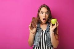 Mujer con la manzana y el chocolate Fotografía de archivo libre de regalías