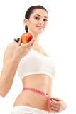 Mujer con la manzana y la cinta de la medida Imagenes de archivo