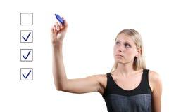 Mujer con la marca azul de la pluma los rectángulos de verificación Fotos de archivo