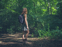 Mujer con la mochila en bosque Fotografía de archivo libre de regalías
