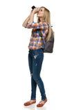 Mujer con la mochila que toma la foto Fotografía de archivo