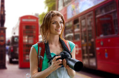 Mujer con la mochila y cámara sobre la ciudad de Londres Foto de archivo