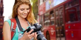 Mujer con la mochila y cámara sobre la ciudad de Londres Foto de archivo libre de regalías