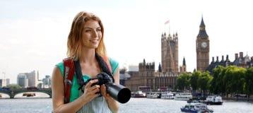 Mujer con la mochila y cámara sobre Londres ben grande Fotos de archivo libres de regalías