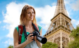 Mujer con la mochila y cámara sobre torre Eiffel Imagen de archivo libre de regalías